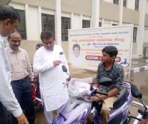 Free-distribution-Motorized-Tricycles-to-PWDs-of-Babaleshwar-constituency-under-Grant-in-aid-from-Dr.-M.-B.-PatilBabaleshwar-Constituency..jpg